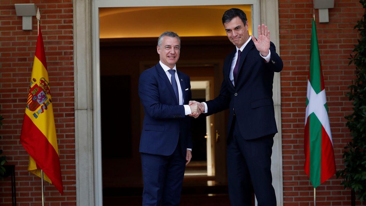 Patxi López interviene en un acto organizado por el PSOE en el concejo de Valdés, ante la mirada de Adrián Barbón