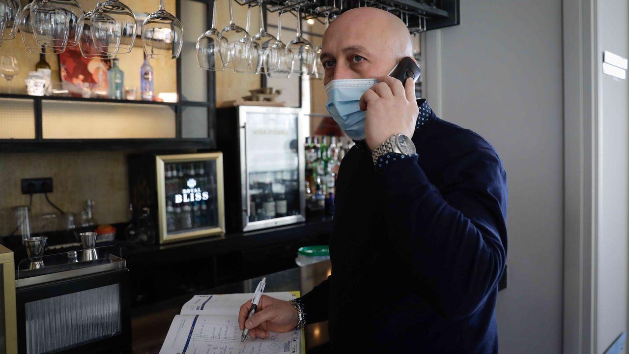 José Pan, gerente de la Granera, atendiendo una llamada para reservar mesa