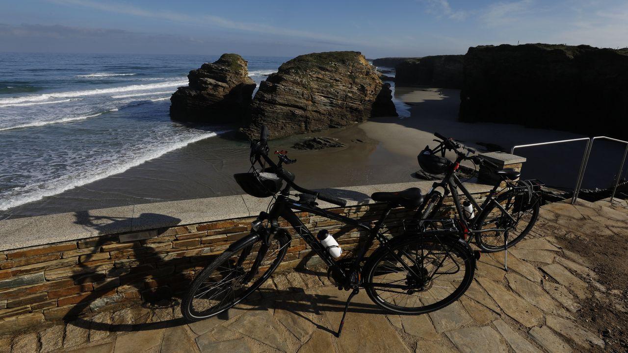 La playa de As Catedrais este martes, donde no hay ningún control ni vigilancia