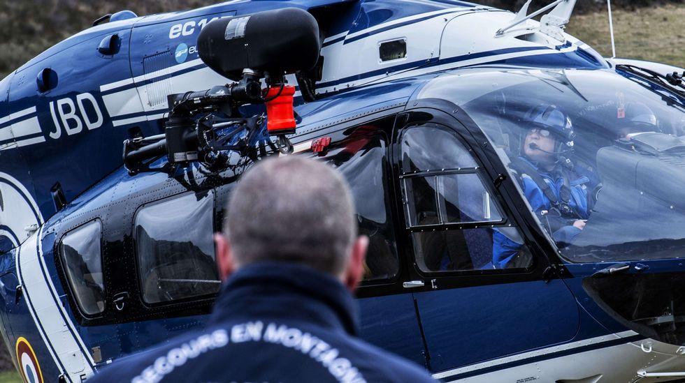 Un grupo de helicópteros sobrevuelan la localidad francesa de Seyne les Alps donde ya han comenzado las tareas de rescate de los restos del Airbus A320 de Germanwings que se estrelló en los Alpes