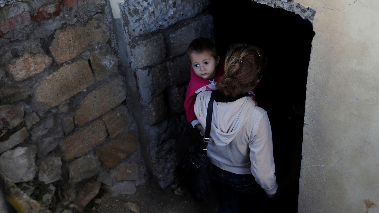 Una mujer y su hijo se refugian en el sótano de su vivienda para protegerse de los ataques entre armenios y azerbaiyanos en Nagorno Karabaj