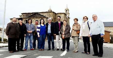 Hosteleros y miembros de Neria, ayer en la parada junto al santuario de la Barca.