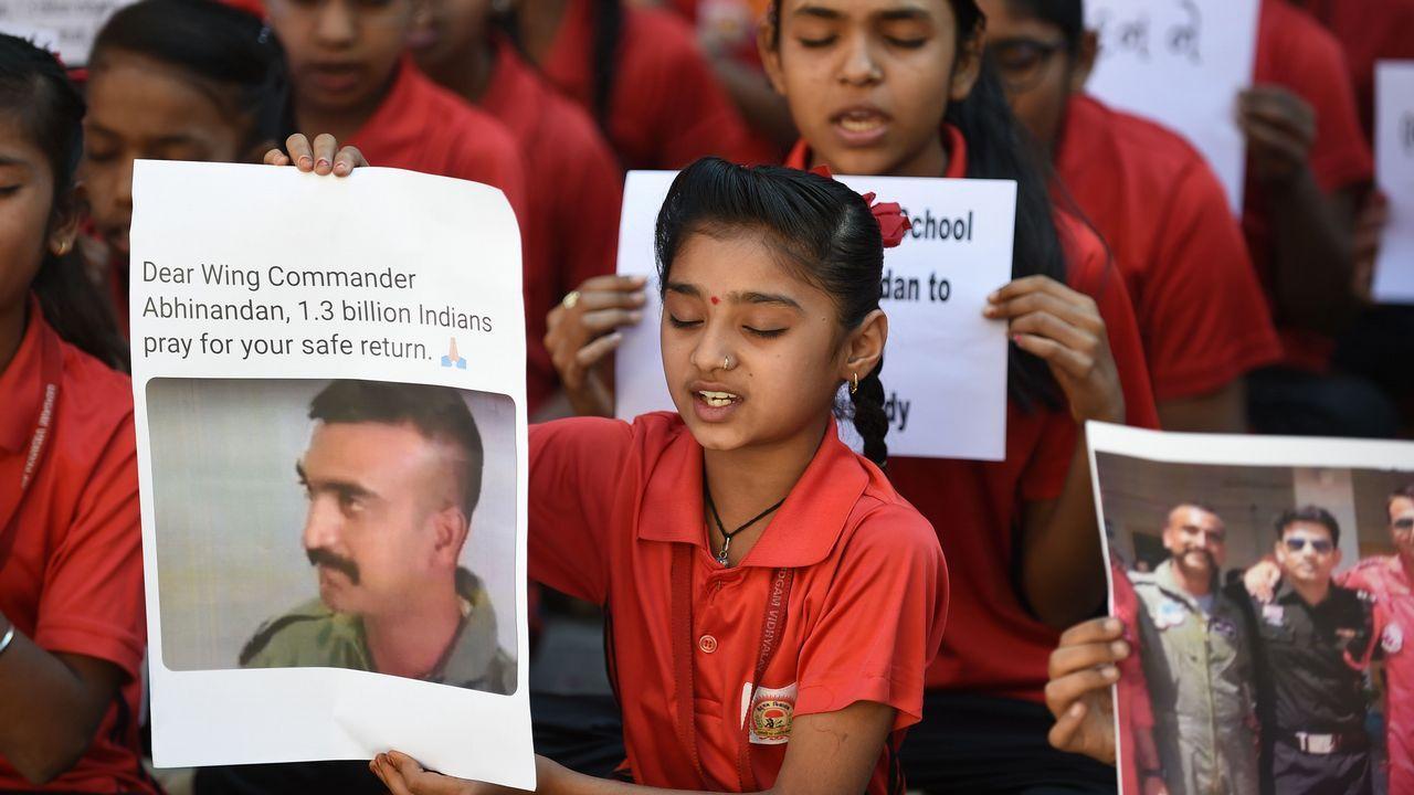 Rescate en el Nanga Parbat tomadas por el equipo de Txikon.Un grupo de niños rezan por el piloto apresado en Pakistán