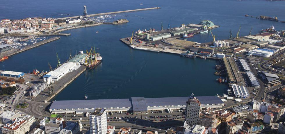 Las descargas de carbón y graneles en el puerto de A Coruña, un trastorno para los vecinos.En primer plano, a la izquierda, los muelles de Batería y Calvo Sotelo que el Puerto quiere vender antes del 2017; en la esquina superior derecha, el muelle petrolero.