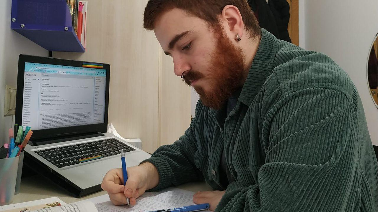 Miguel Alcalde, alumno de Filoloxía Clásica, repasando en su casa, cree que lo mejor sería terminar ya el curso.