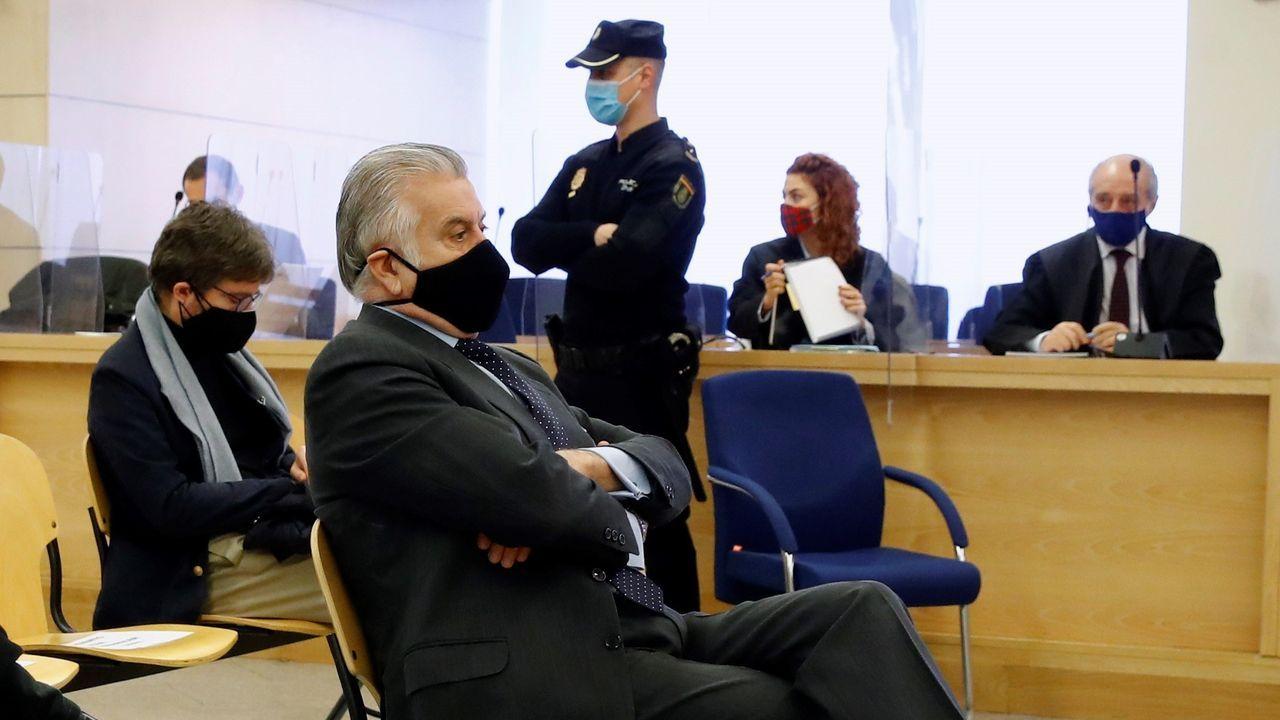 El extesorero del PP Luis Bárcenas, sentado en el banquillo de los acusados durante la primera sesión del juicio por la caja B