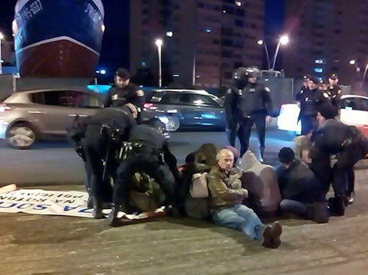 Después paralizaron el asfaltado y fueron desalojados por la policía.