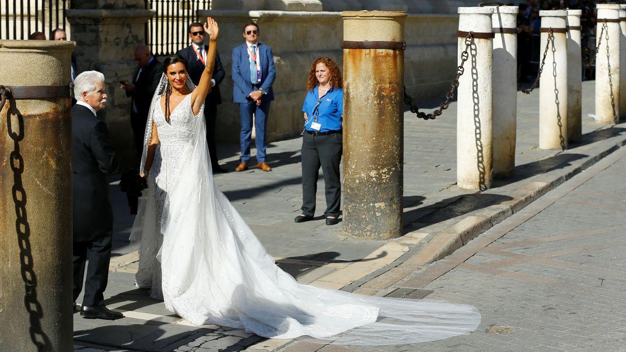 Un cartel a la entrada de la catedral de Sevilla avisa de que las visitas quedan cortadas a las 15.30 horas de hoy dentro de las medidas puestas en marcha con motivo de la boda del futbolista Sergio Ramos y la presentadora Pilar Rubio, que contraerán matrimonio esta tarde en la capital andaluza