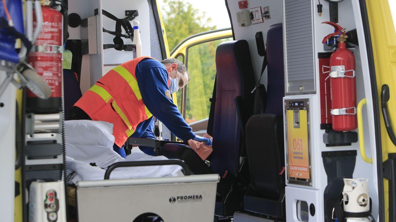 Aplausos, campanas y canciones.El conductor de una ambulancia del 061 desinfecta el vehículo tras un traslado al hospital