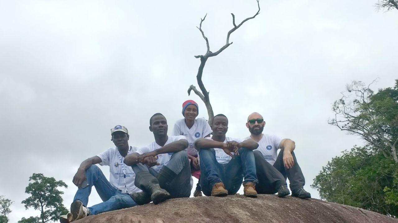 El asturiano Héctor Álvarez (derecha), con parte del equipo de movilizadores sociales de Médicos del Mundo en Sierra Leona durante una visita a las zonas rurales más alejadas