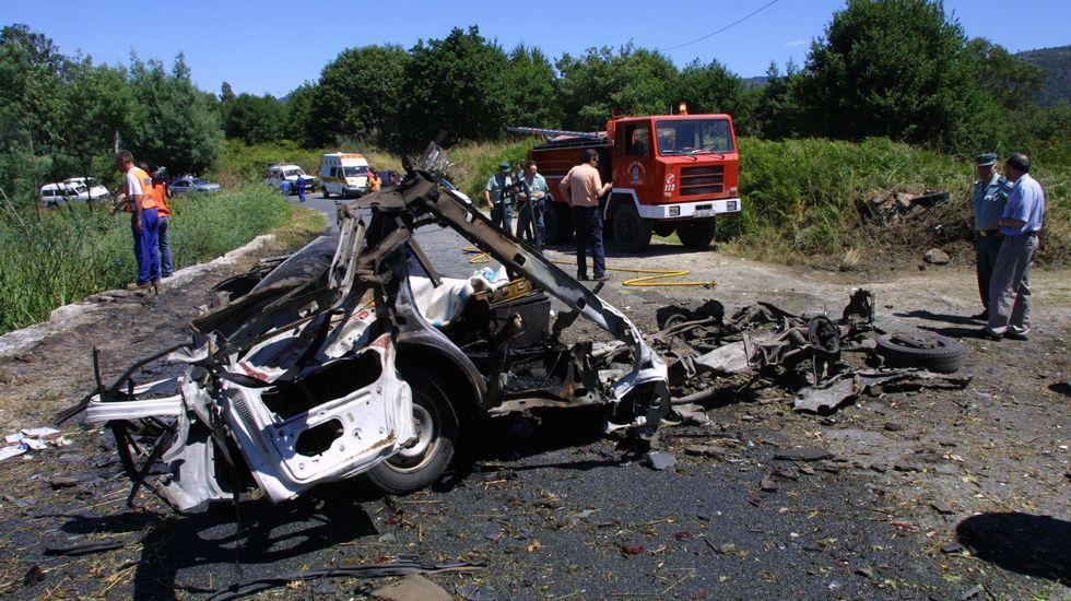 Dos hombres perecieron en la explosión de una furgoneta en Leiro, cuando llevaban fuegos artificiales a unas fiestas cercanas.