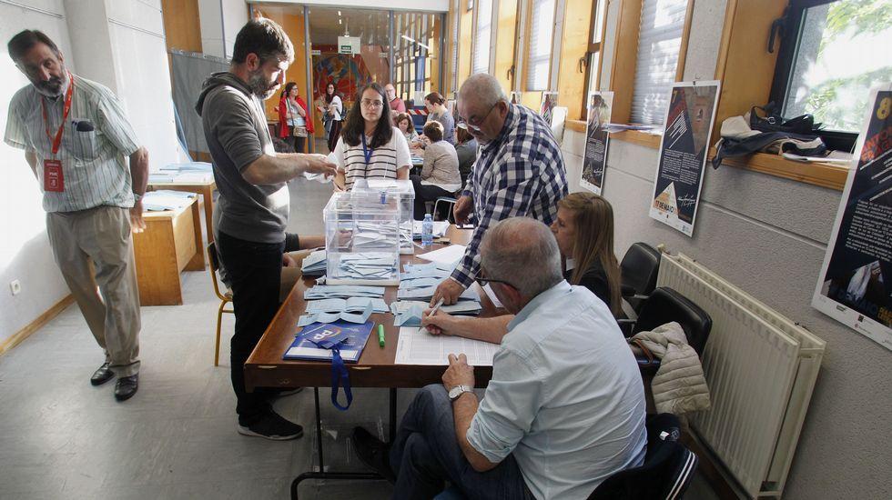 Recuento de votos en el colegio electoral de Sober en el que un vecino metió dos sobres del PP en la urna