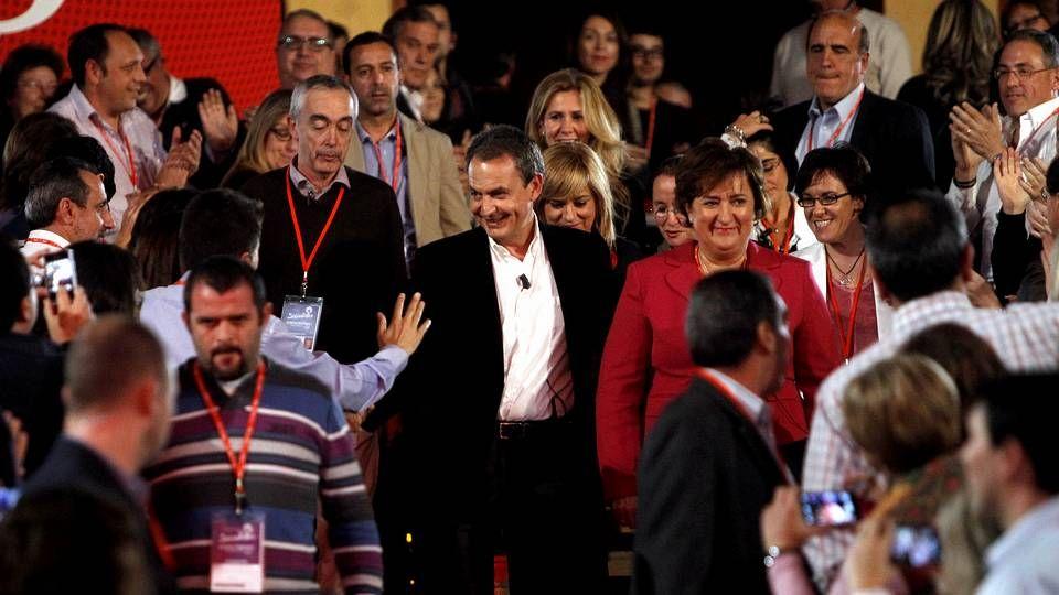 El PSOE cambia de rumbo.La grapo Encarnación León Lara, en el centro de la imagen, a su salida de la prisión murciana de Campos del Río.