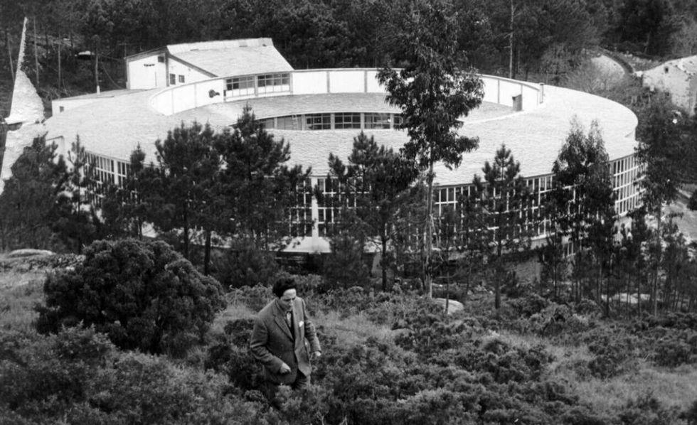 Díaz Pardo rodeando la fábrica, una de las fotos que se exhiben.