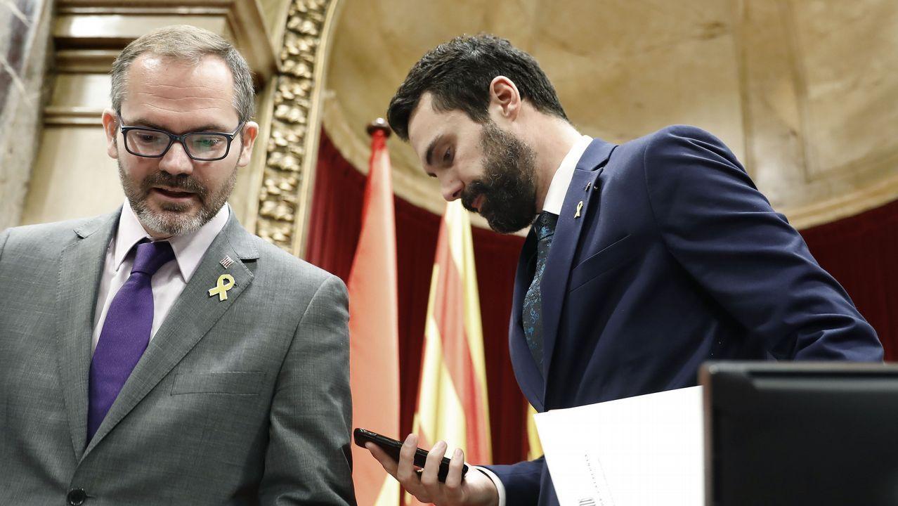 «TV3 es un arma de intoxicación masiva».La portavoz de JxCat, Elsa Artadi, y el vicepresidente del Parlamento catalán, Josep Costa, flanquean a Puigdemont en Bruselas