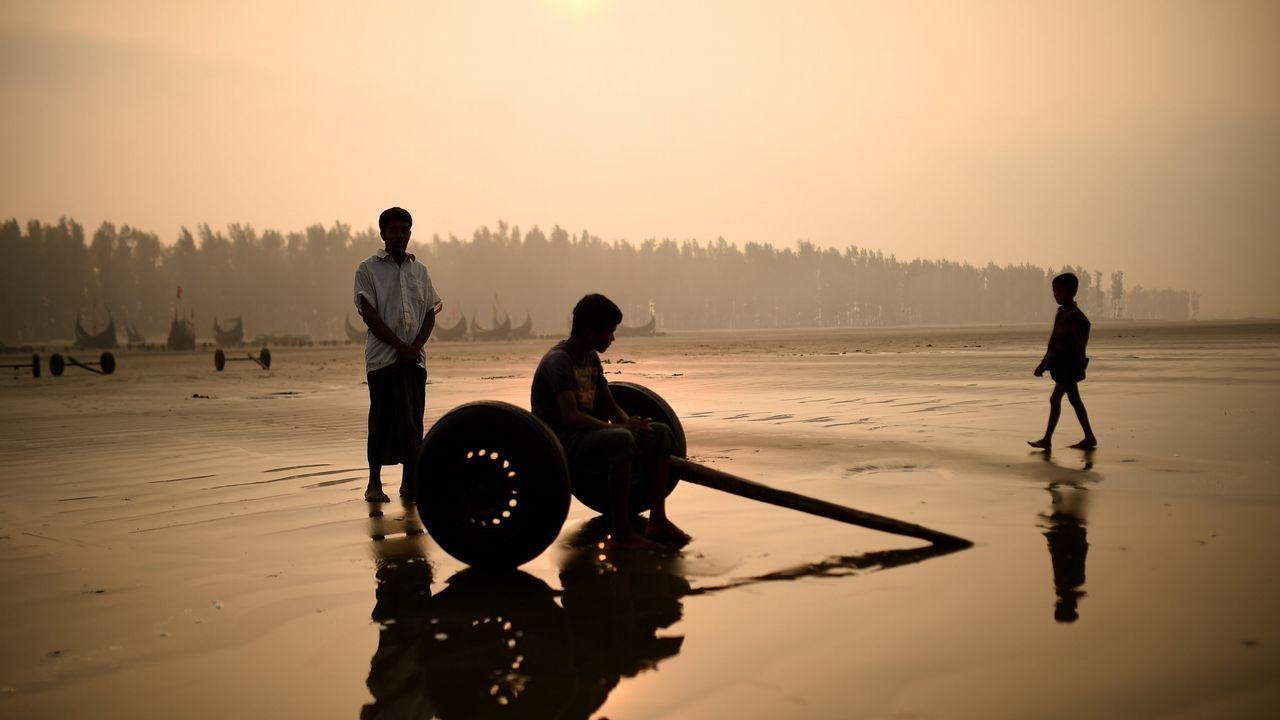 Refugiados rohingya en una playa de Bangladesh