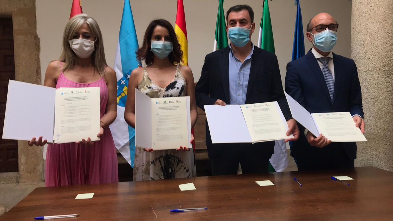 De izquierda a derecha, los consejeros de Cultura de Andalucía (Patricia del Pozo), Extremadura (Nuria Flores), Galicia (Román Rodríguez) y Castilla y León (Javier Ortega), tras firmar el protocolo de colaboración