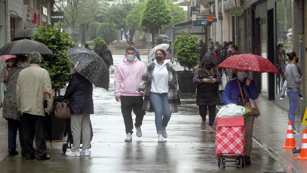 Imagen de la calle peatonal de Ribeira, concello que lleva desde el 23 de abril en el nivel alto de restricciones