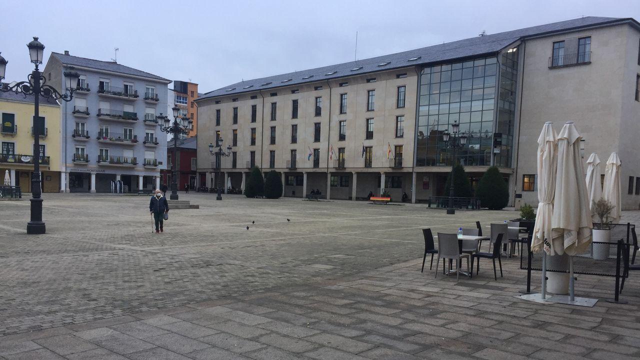 Plaza del Ayuntamiento de Ponferrada y exterior del instituto Gil y Carrasco esta mañana