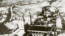 En esta imagen aérea de Lugo se puede ver al fondo a la izquierda la voladura de la Muralla en 1921 para abrir una nueva puerta