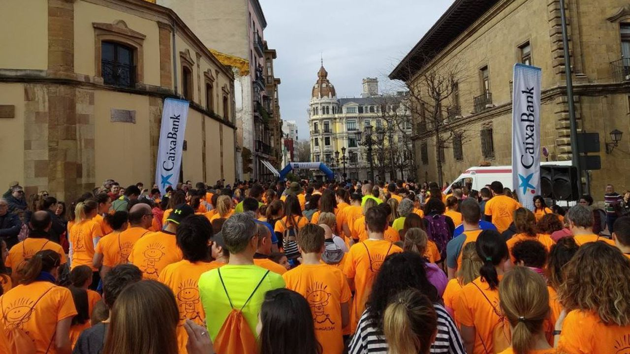 Participantes en Oviedo en la carrera Galbán contra el cáncer infantil