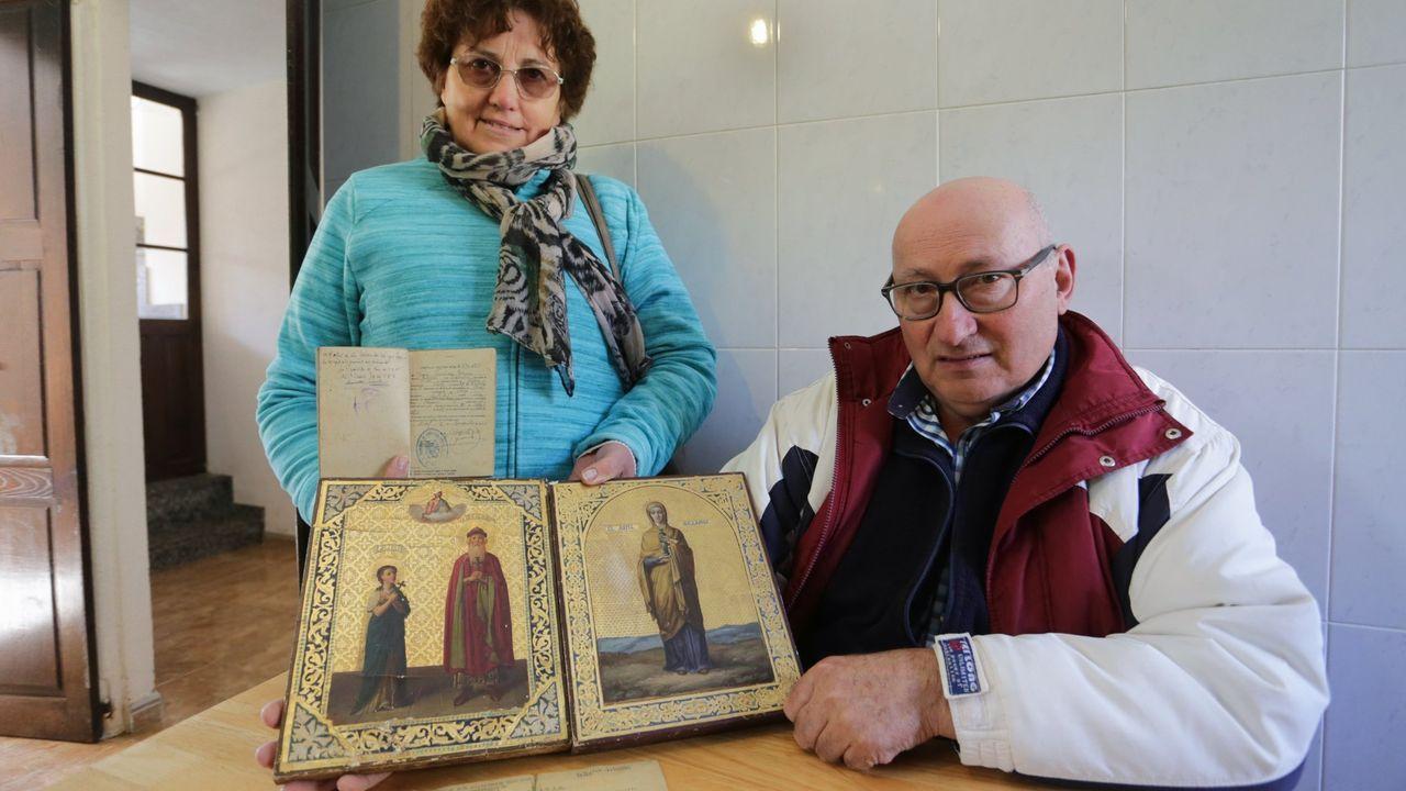 Susana Polo, a la izquierda, con su cuñada Maricarmen, con fotos de Venancio e Idaira