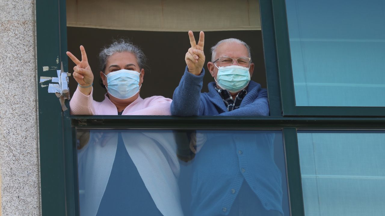 Trasladan a planta al primer enfermo con coronavirus ingresado en la unidad de críticos del CHUS