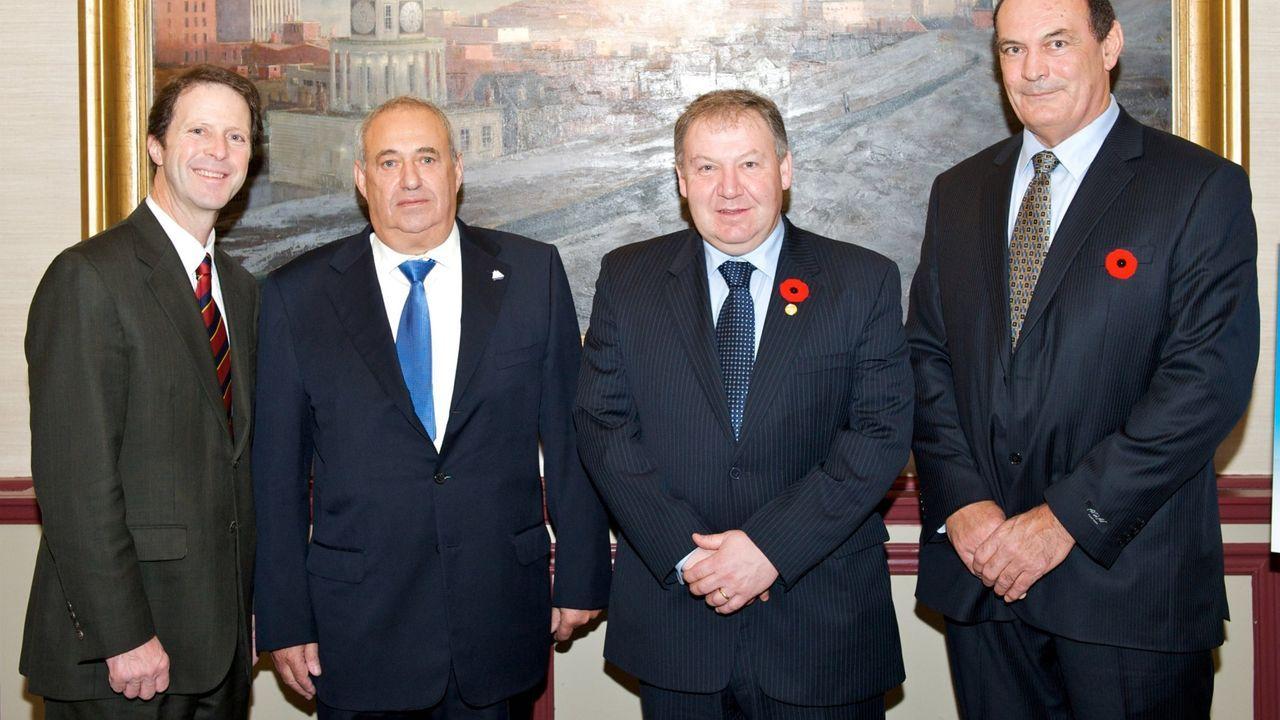 Jove, segundo por la izquierda, junto a Peter Kelly, alcalde de Halifax; Darrell E. Dexter, primer ministro de Nueva Escocia; y Mike Magnus, presidente de Shear Wind, el día que se anunció la entrada de Inveravante en Halifax (Canadá)