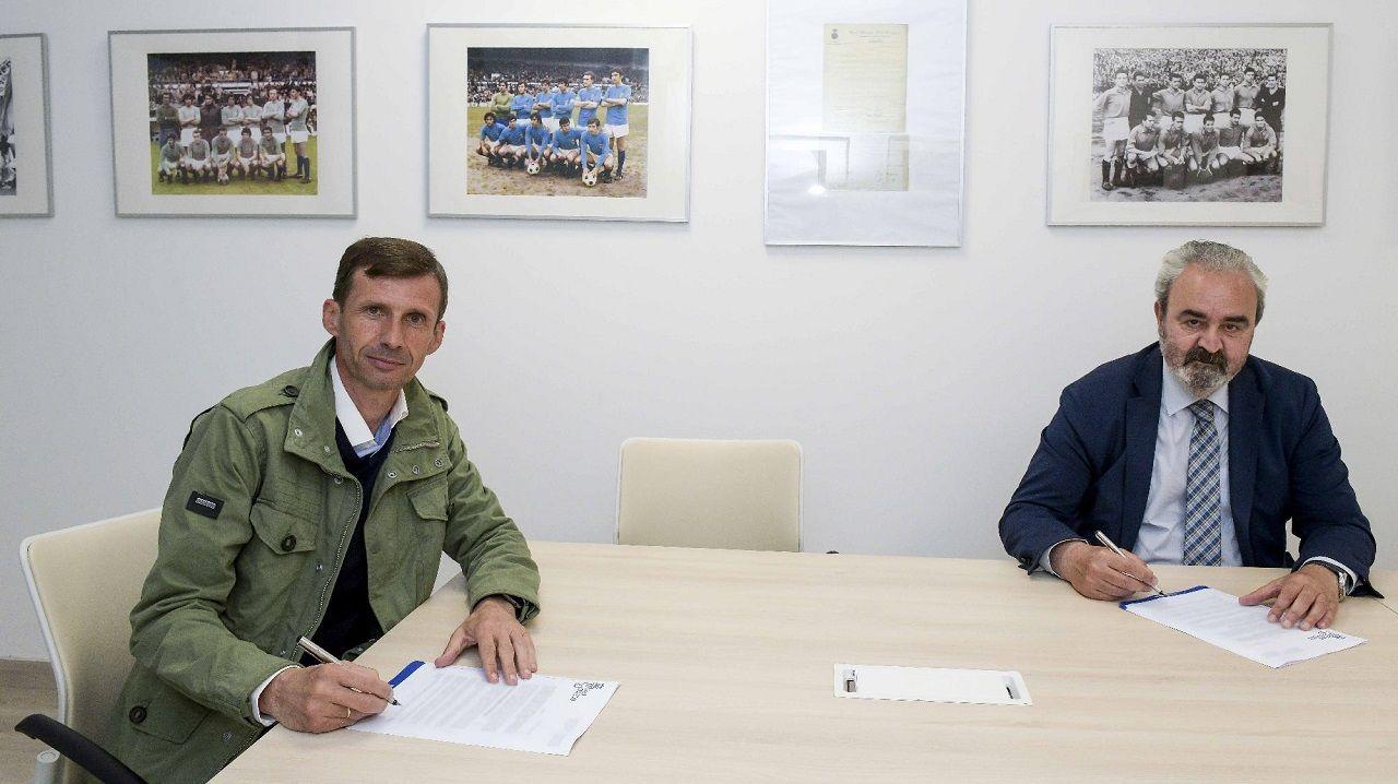 José Ángel Ziganda y Manuel Paredes, vicepresidente del club, en la firma del contrato del técnico