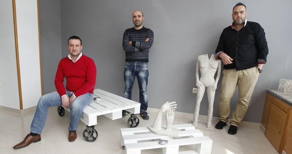 Fernando, Álex y Martín han emprendido un camino que -lo saben de antemano- será tan duro como el material que trabajan.