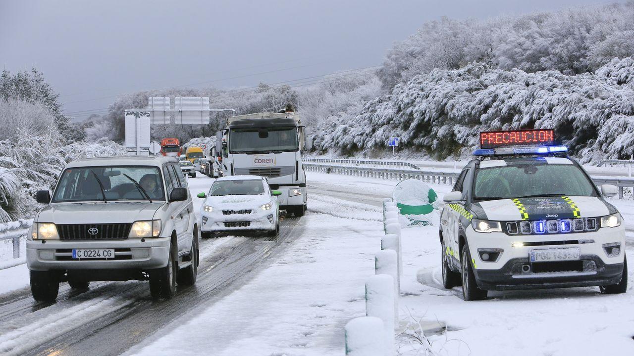 La Guardia Civil coordinó el tráfico en la rotonda de intersección de la N-540 con la A-54 para aligerar los atascos formados