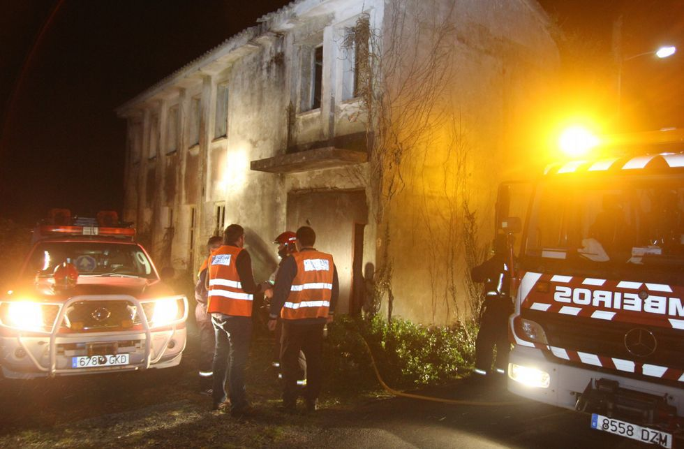 El edificio se encuentra en muy malas condiciones, lleno de maleza y grietas en la estructura.