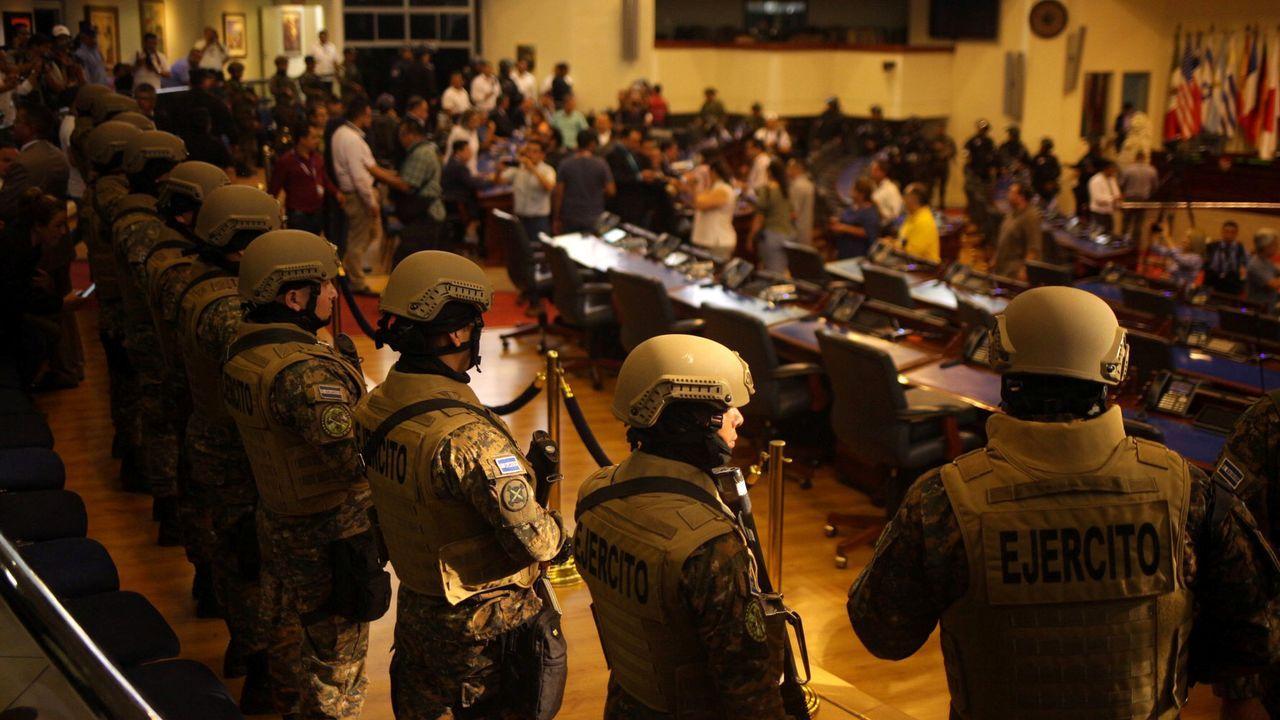 Soldados en el interior de la Asamblea Legislativa de El Salvador, el pasado domingo