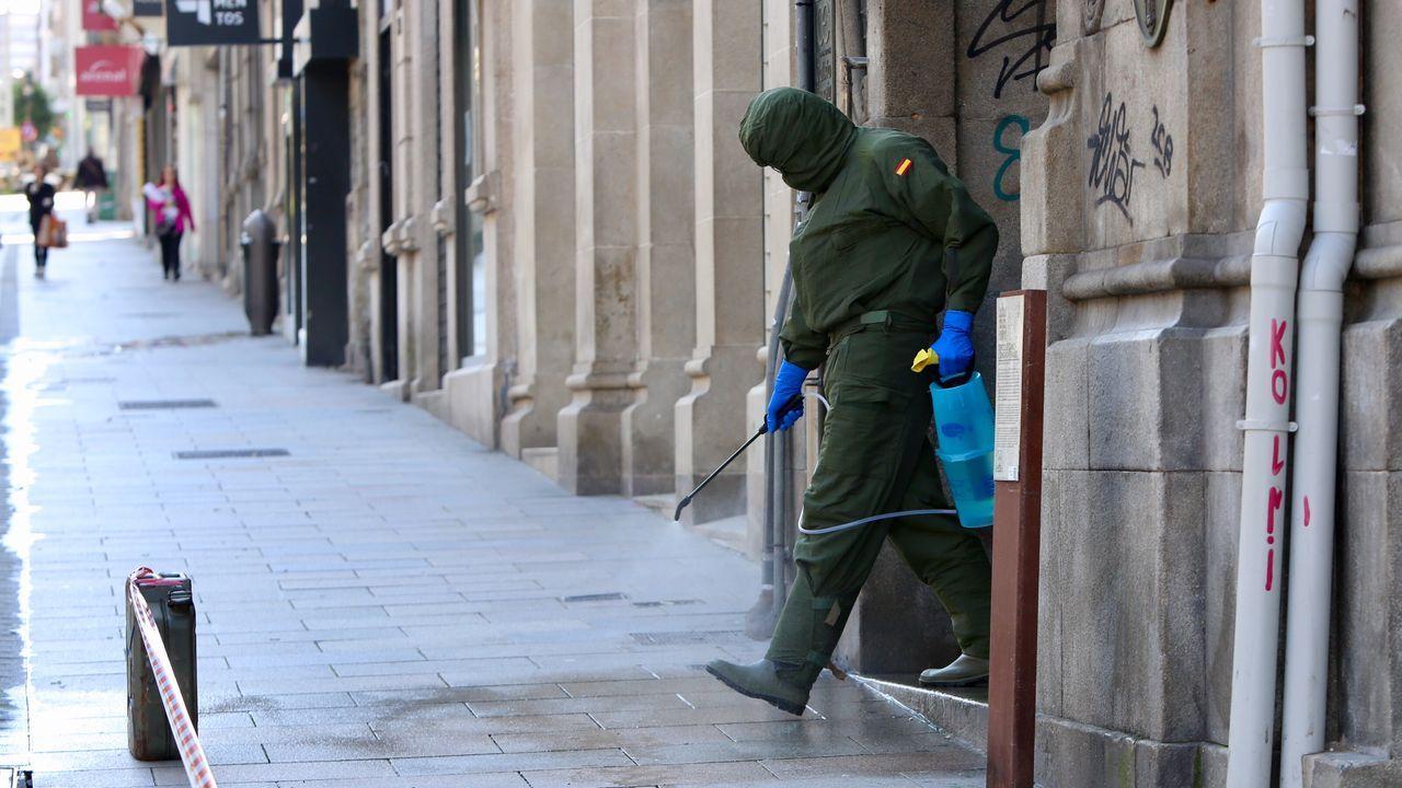 Un soldado se desinfecta las botas antes de salir a la vía pública