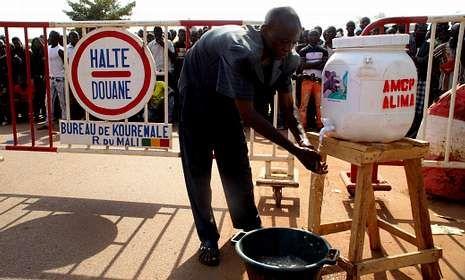 Rudimentario control de la enfermedad vírica mortal en la frontera de Mali con Guinea.