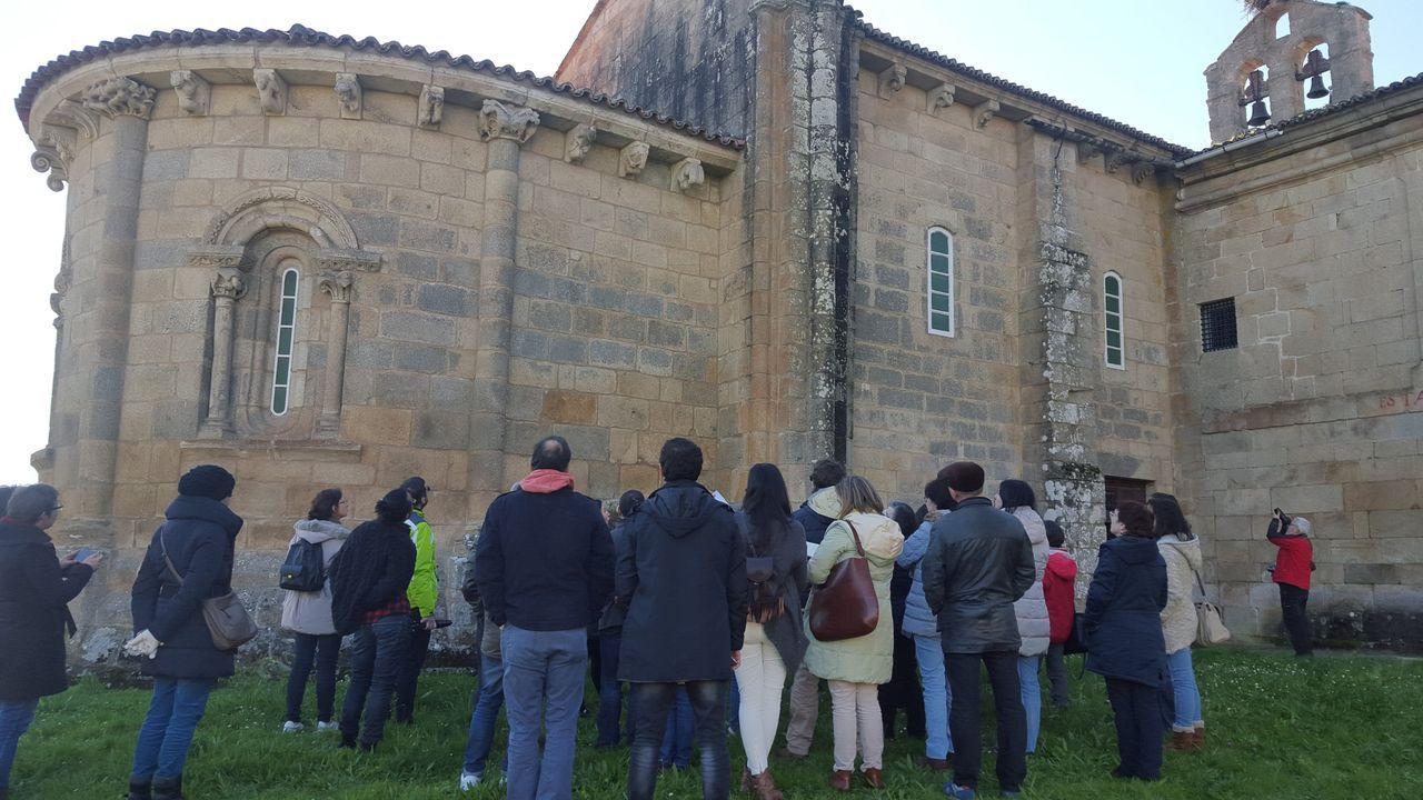 El palacete y la finca del Espiño, en imágenes.El patrimonio local (en la imagen, visitantes en el monasterio de Ferreira) y el Camino de Invierno serán dos ejes del proyecto