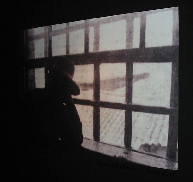Elisa, que se fixo pasar por Mario Sánchez, no cárcere de Aljube, en Porto. Evita ser retratada por «El suceso ilustrado»
