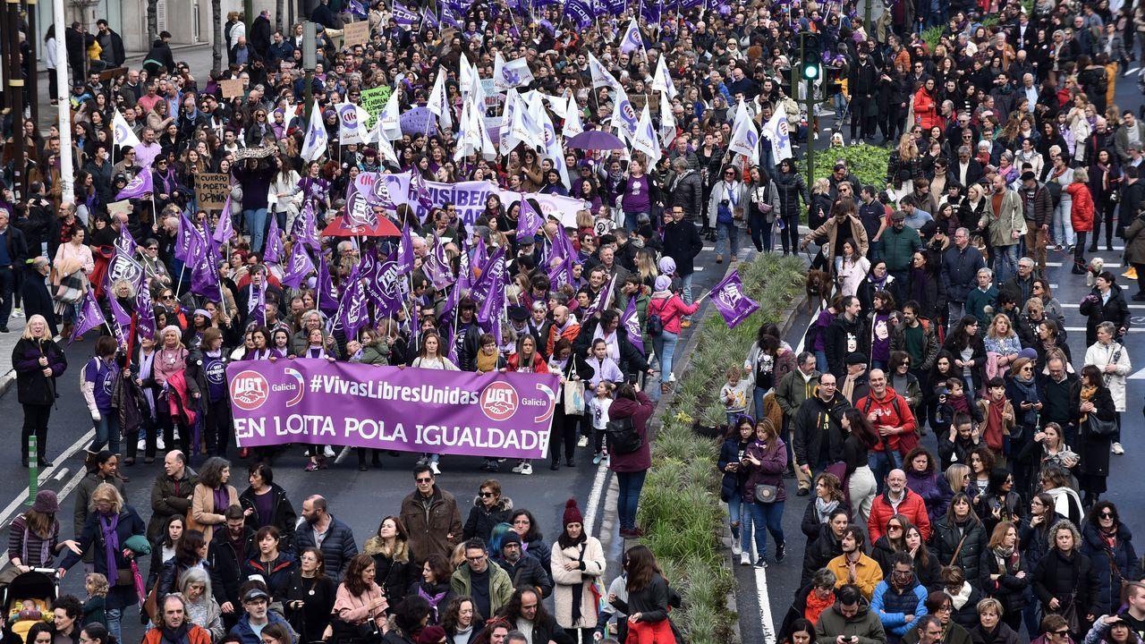 Así fue la manifestación del Día de la Mujer en A Coruña.Un hombre sostiene a su hijo  en un campamento improvisado aledaño al campo de Moria