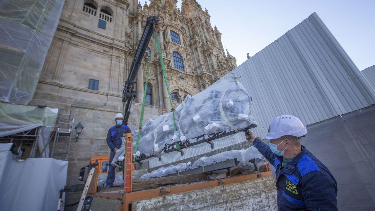 Una forma diferente de disfrutar de la ruta jacobea.Las piezas rehabilitadas llegaron ayer a la Catedral para su reposición en la fachada