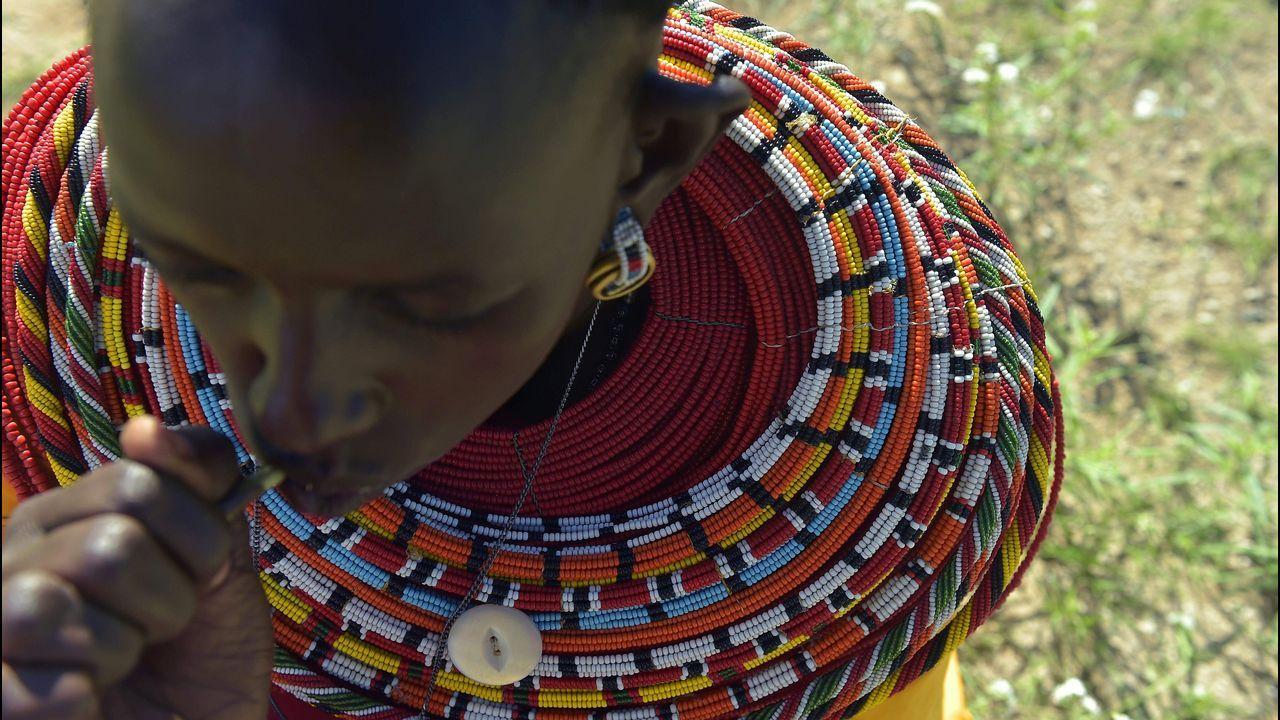 Una mujer lleva un collar tradicional en Isiolo, Kenia