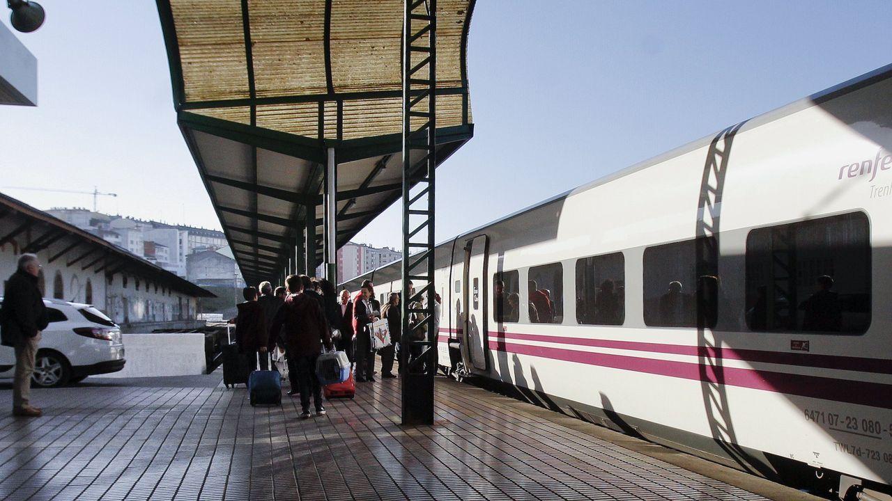 Un grupo de viajeros, a punto de tomar un tren hotel en la estación de Lugo