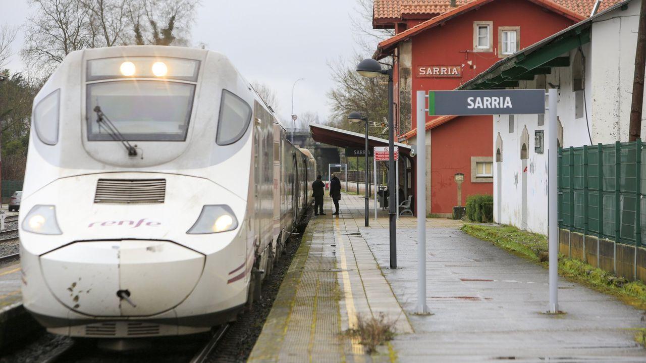 Fiesta ilegal en Láncara.Imagen de un tren Alvia parado en la estación de Sarria