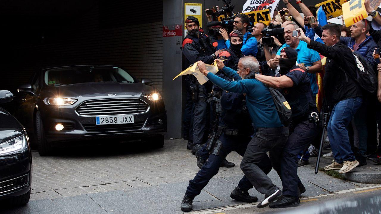 Un grupo de radicales intentaron detener la comitiva del presidente del Gobierno cuando salía del Hospital San Pau de Barcelona este lunes