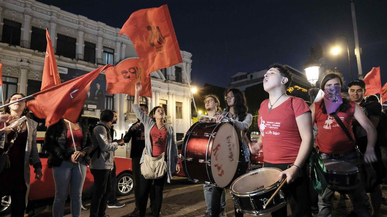 Grupos de manifestantes expresan su apoyo en las calles de San José, capital de Costa Rica, a las mujeres que se atrevieron a denunciar al expresidente del país