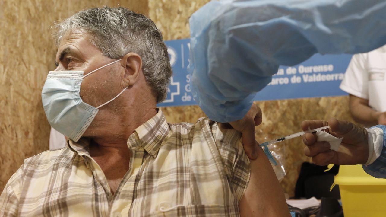 Inicio de la vacunación del grupo de 66 a 69 años en el recinto ferial Expourense
