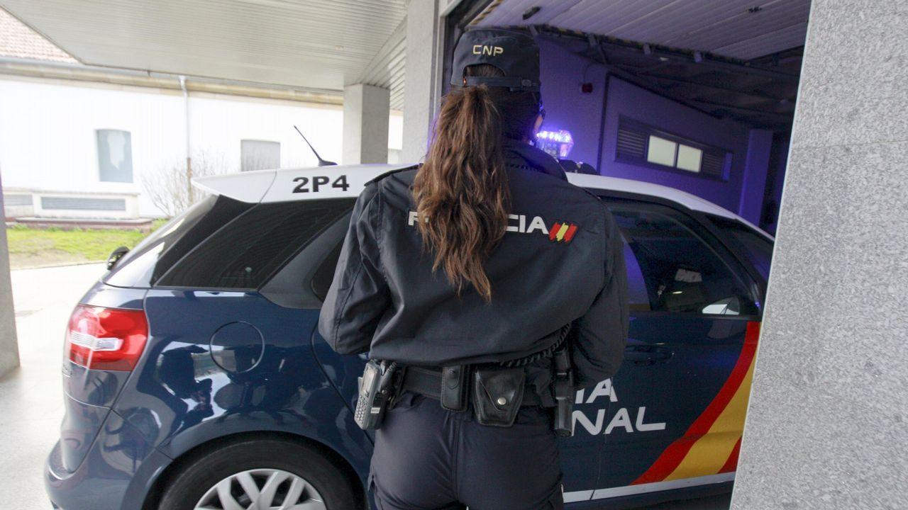 Un grupo de pasajeros consulta los vuelos en el Aeropuerto de Asturias.Imagen de archivo de una patrulla de la Policía Nacional