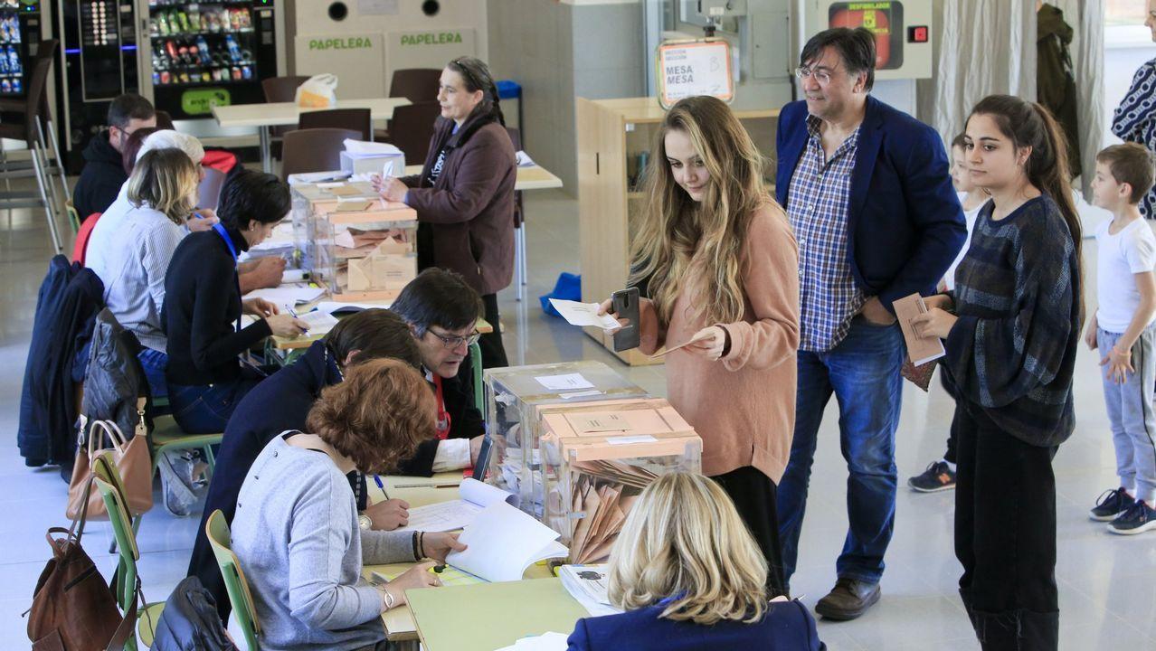Dos jóvenes votan en Lugo