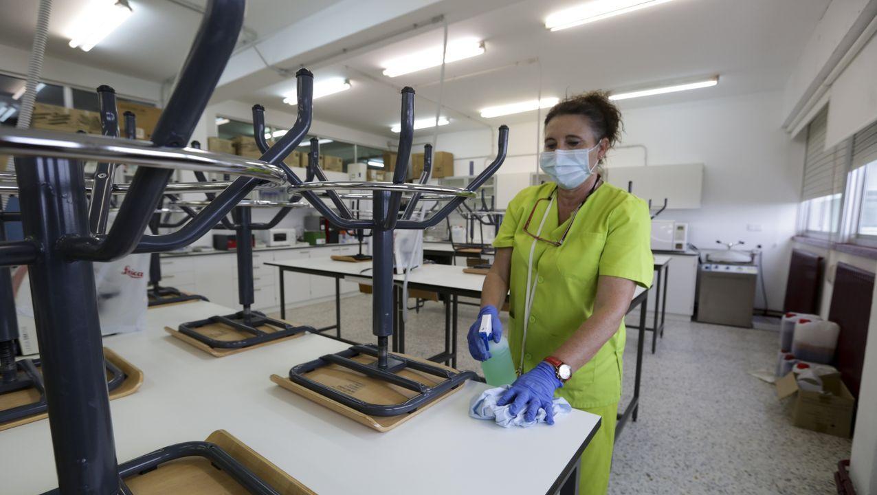 Trabajadora limpiando los equipamientos del centro de Formación Profesional Ánxel Casal de Monte Alto
