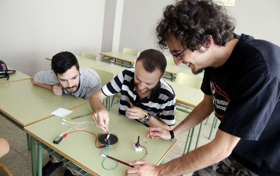 Mateo Mena, en el taller de ayer por la mañana, con dos estudiantes del Politécnico.