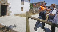Demetrio ayuda a Alsira a colocarse la mascarilla antes de entrar en el colegio electoral en la antigua rectoral de Erbecedo.
